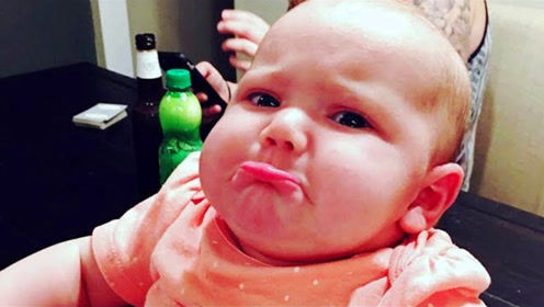 爸爸把1岁宝宝放鞋子里,下一秒宝宝表情让爸爸笑喷,真是太逗了