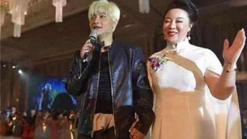 陈志朋和50岁富商出席活动,十指紧扣笑容满面,网友直呼辣眼睛
