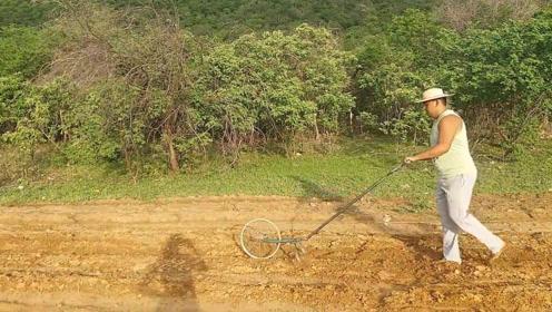 """大叔发明""""自行车""""除草机,一小时除草5亩地,50元做一台"""