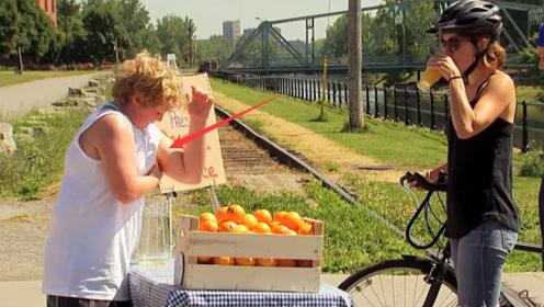 什么?新鲜的橙汁竟是小男孩用腋下挤的,路人的表情逐渐凝固