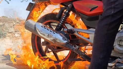 小伙吸烟却没火,启动摩托用车轮胎来点烟,直接开挂了!