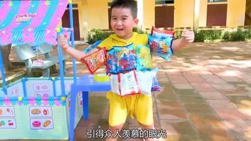 想要游泳却被拒绝,小男孩用薯片自制泳圈,引得众人羡慕的目光!