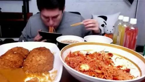 大胃王自制拌面和炸猪排,大口往嘴里塞,吃的真过瘾!