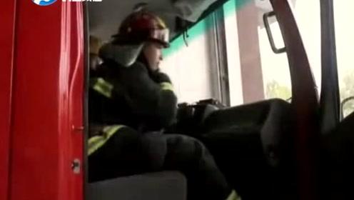 消防员正在接受采访,警铃突然响起,他扯下话筒就冲了出去