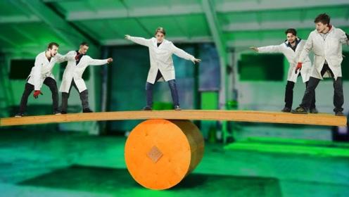 巨型平衡木有多好玩?国外小伙亲自挑战,10秒后笑到抽搐!