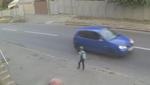 男孩横穿马路被汽车撞飞 因为一物侥幸逃生毫发无损