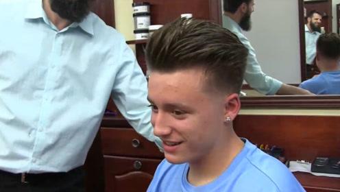 男生这款发型超洋气,头发往后倒,两边铲精光,剪完真的很帅气