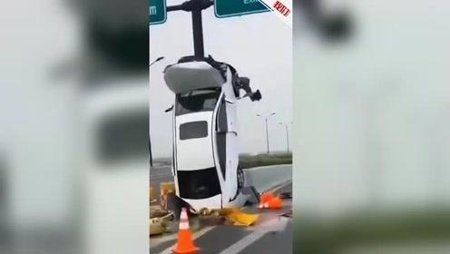 """实拍:杭州东湖高架一小轿车""""竖""""起来了"""