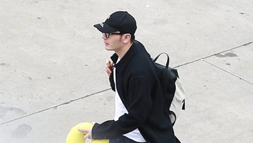 黄晓明戴黑框眼镜显斯文 抱黄色护颈枕赶飞机显反差萌