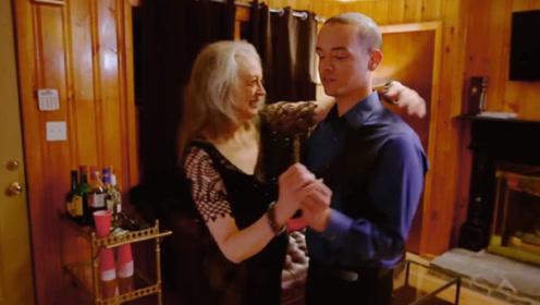 小伙与萝莉网恋2年,奔现时发现对方是大妈,结果在一起了?