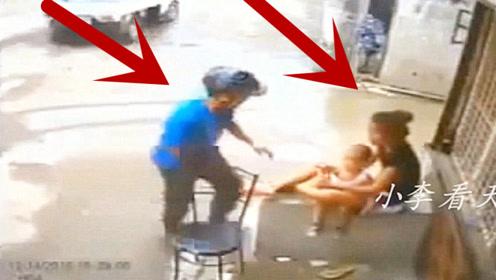 女子抱着孩子乘凉,男子过去动手欲行不轨,她的反应让人无语!