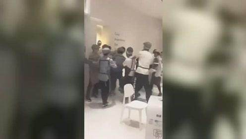济南一喜茶店员工与外卖小哥冲突 官方:动手店员已全部辞退