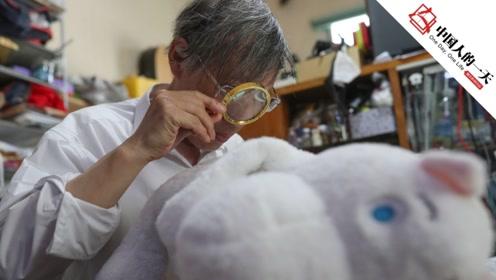 """上海七旬爷爷开 """"娃娃医院"""":修的是玩具,抚平的是心灵"""