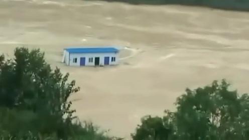 汉江洪水中出现蓝色漂流房屋 目击群众发出惊呼