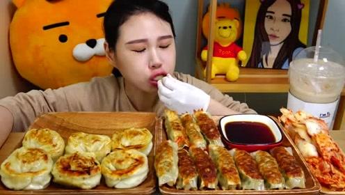韩国卡妹吃煎饺配泡菜,两大盘吃的好饱