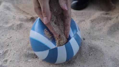 老外在足球里填满沙子,放在路上恶作剧路人,网友:太尴尬了