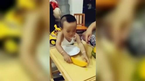 男童举起妈妈刚切好的木瓜:第一瓣送给了婆婆!