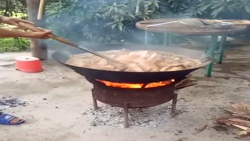 农村酒席真实在,炸了满满两锅肉,隔着屏幕都闻着香味了!