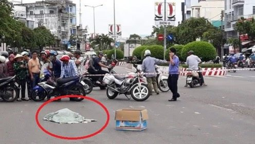 女子骑摩托车,半路掉下个麻袋,警察打开发现里面竟是3个婴儿!