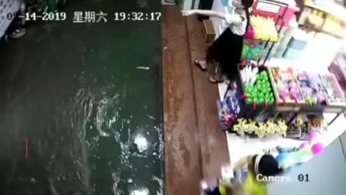 广西暴雨积水15岁女生下车时疑似触电身亡 司机拉她一把也倒下