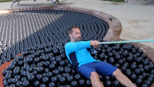 在遮荫球里能够游泳吗?网友:这歪果仁还真是会玩呀
