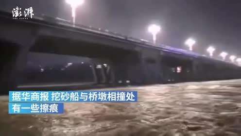 挖砂船失控撞上桥墩,船身断成两截