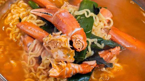 """方便面的""""炫富""""吃法,配上大闸蟹,这么吃才过瘾"""