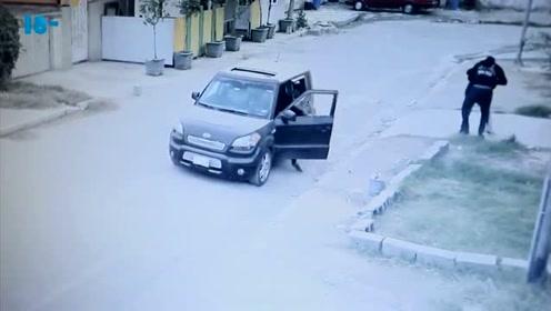 女子独自走在路上,一辆车向她驶来,监控拍下这画面,忍住,别笑