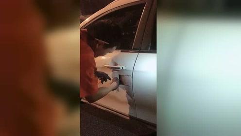 钥匙锁车里面去了,只能用这种笨方法了