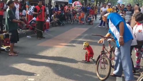 """印尼街头出现""""怪童"""",身体被铁链锁住,得知真相游客心酸了!"""