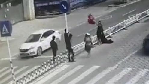 """闹市街头的马路上拍婚纱照让人胆颤心惊 危险的""""浪漫""""要不得!"""