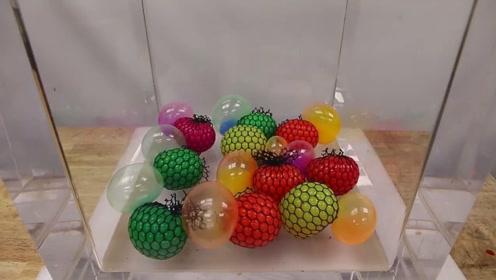 解压球被老外玩出新花样,放在真空箱里,好玩的画面出现了
