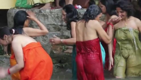 最奇葩的国家:男女老少全在大街上洗澡,男游客们都羞红脸!
