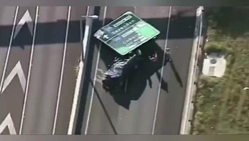 奇葩事故,轿车被路牌砸扁