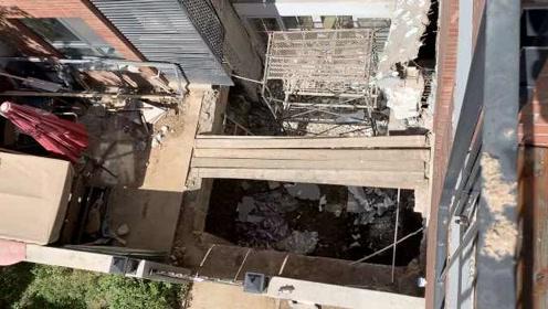 吊车都用上了!曝业主挖地下室破坏墙体,邻居集体阻止