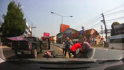 小伙骑摩托被摁喇叭,公路上直接跑去砸车,最后自食其果!
