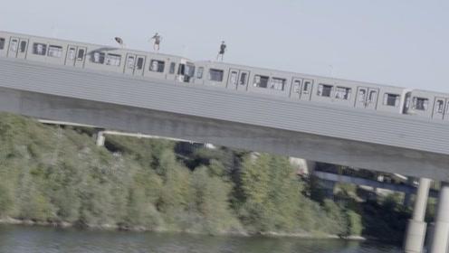 小伙作死从火车上跳下,下一秒场面失控,镜头拍下惊险瞬间
