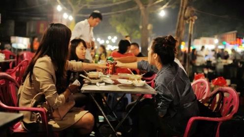 外国美女不信中国治安,以身犯险夜不归宿,结果吃起了宵夜