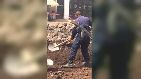 雇了个非洲警察保护工地,没想到他背着枪一起干起了活!