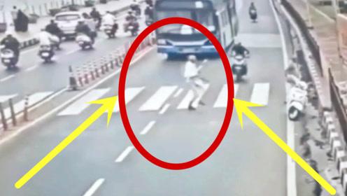 本想着跑快3秒冲过马路,回看监控,根本不值得同情!