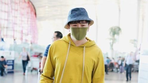 翟天临风波后素颜口罩遮面 穿米黄卫衣单手插兜气场不能输
