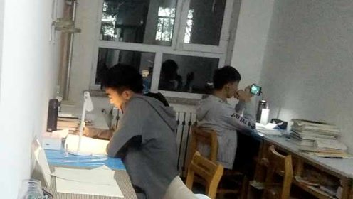 太拼!考研百天冲刺,大学生图书馆卫生间走廊摆桌复习