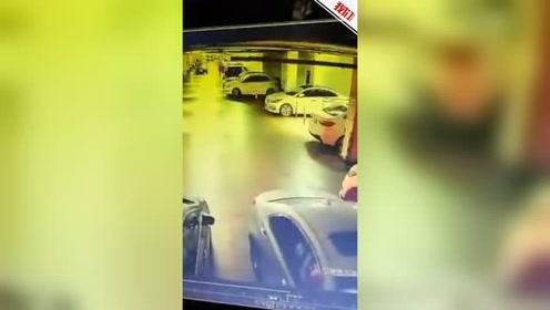 青岛一高层停车场墙体被撞个窟窿 监控拍下冲撞瞬间