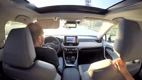 试驾19款丰田RAV4混动版,坐进后排感受下空间,才晓得有多宽阔