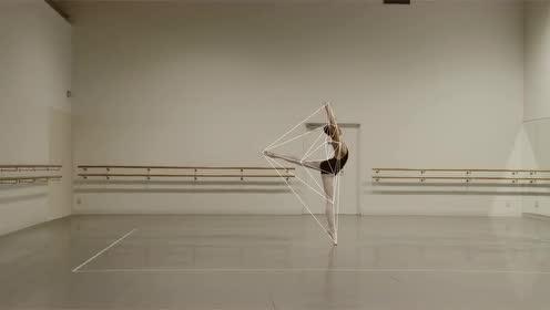 东京艺术大学教授佐藤雅彦,用线条勾勒出舞者表演时行云流水