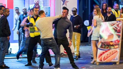 国外小伙当街斗殴,打出真火竟下死手,镜头记录猖獗一幕!