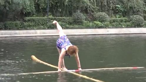 厉害了中国大妈!70岁老人靠两根竹竿水上转呼啦圈