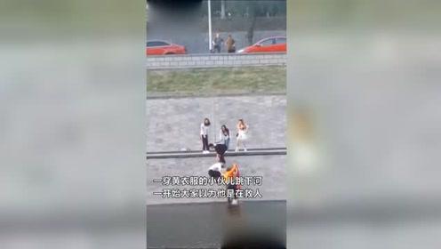 以为男子是跳下河救人,结果令人感动