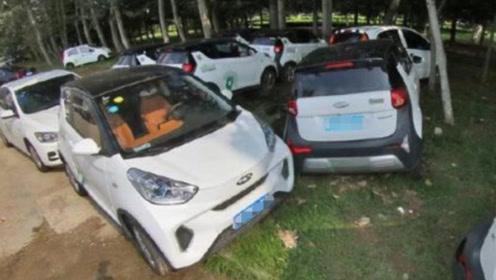 """共享汽车被糟蹋!车内发现""""不明液体"""",损坏后直接丢在小树林"""
