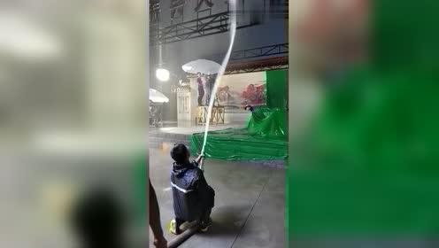 导演真是脑洞大开,弄快绿布拍下雨的场景,看着好想笑啊!